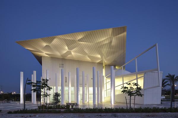 חזית המוזיאון עם מייצב העמודים, צילום: עמית גירון, ליאור אביטן