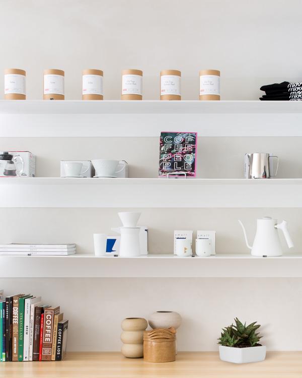 מדפים ועליהם פריטים בודדים הקשורים לעולם התוכן של הקפה, צילום: סוזאנה סקוט