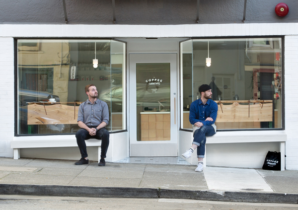 בחזית בית הקפה ספסלים בנויים, כדי לצפות על הרחוב המשופע ובו החשמלית הידועה של סן פרנסיסקו, צילום: סוזאנה סקוט