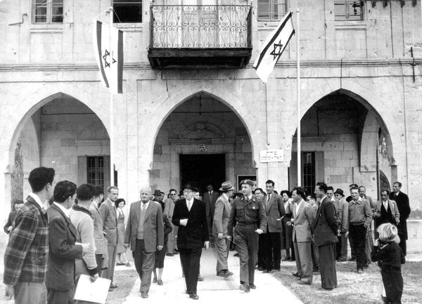 ביקור הנשיא בן צבי בעיריית באר שבע כיום מוזאון הנגב לאמנות, 1953, באדיבות הארכיון הציוני המרכזי