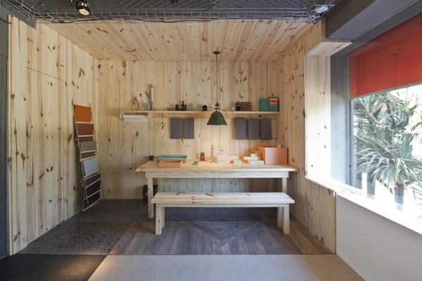 coated wood pine space where customers can see the catalogs of materials, photographer: Maíra Acayaba