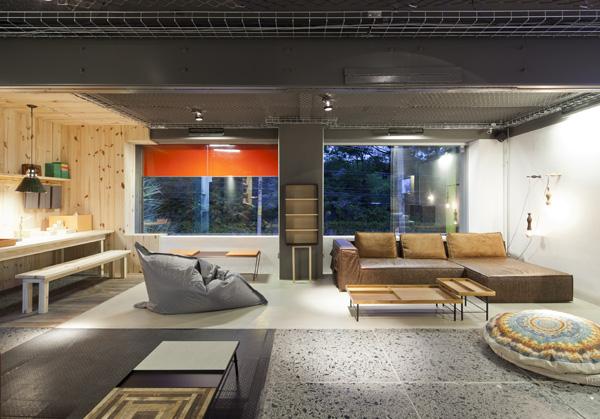 חלוקת חלל שנוצרת על ידי סביבות חומריות שונות: עץ אורן, טרצו, שיש, בטון, צילום: מריה אקייבה