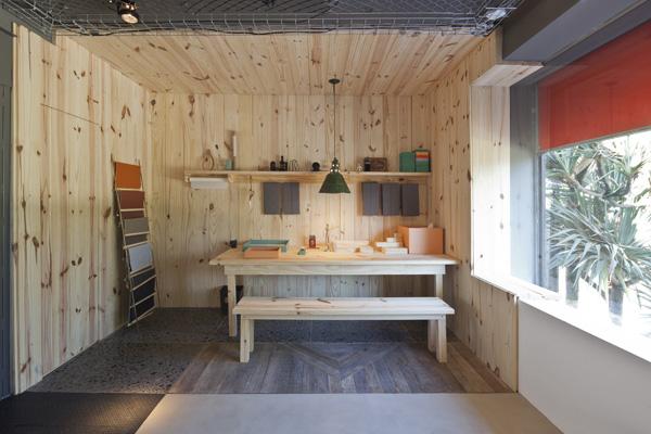 חלל מצופה עץ אורן בו הלקוחות יכולים לראות את קטלוגי החומרים והאפשרויות שהמותג מציע, צילום: מריה אקייבה