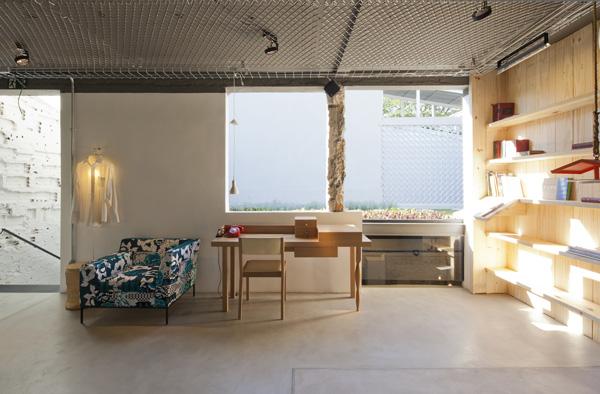 העמודים המקוריים נחשפו עד הבסיס וטיח הבטנה הורד כדי להגביה את התקרה, צילום: מריה אקייבה