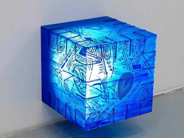 תיבת אור כחולה, אמנית: דניאל פלדהקר צילום: אבי אמסלם.