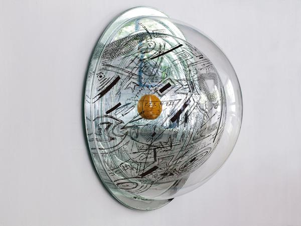 חצי כדור פלסטיק שקוף אמנית דניאל פלדהקר צילום: אבי אמסלם