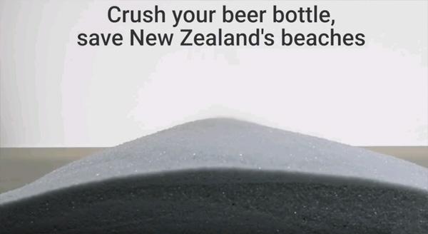 כל בקבוק הופך ל-200 גרם חול. צילום: צילום מסך, יוטיוב