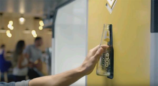 פתח הכנסת הבקבוק למכונת המיחזור,  צילום: צילום מסך, יוטיוב