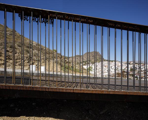 שני סוגי שילוטים מעבירים אינפורמציות שונות  על האיזור למטייל, צילום: פרננדו אלבה