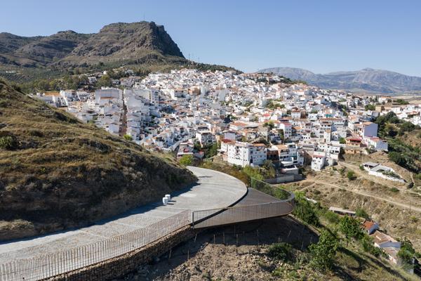 נקודת התצפית המרכזית המשתלבת עם מדרון ההר. צילום: פרננדו אלבה