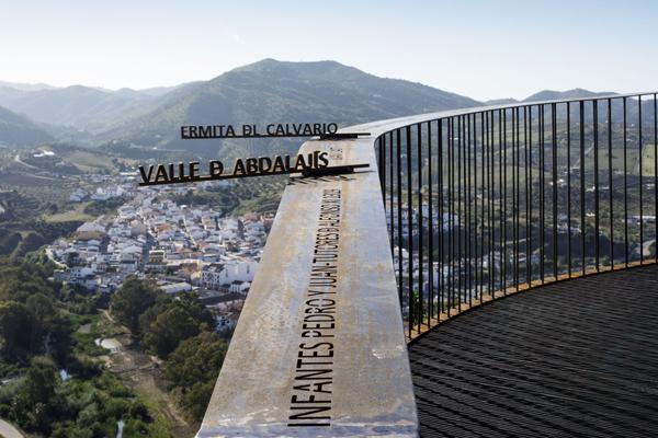 הכיתוב החרוט במעקה  מעביר אינפורמציהעל האיזור למטייל, צילום: פרננדו אלבה