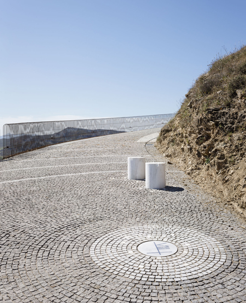 marble seats and the viewpoint which suggests a dynamic 360º view, Photograhs: Fernando Alda