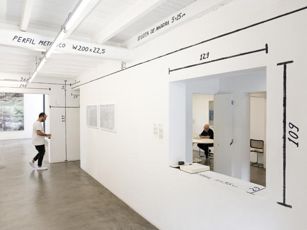 כמו בחוץ גם בפנים המבנה מופיעות כל המידות, צילום:  joão nitsche
