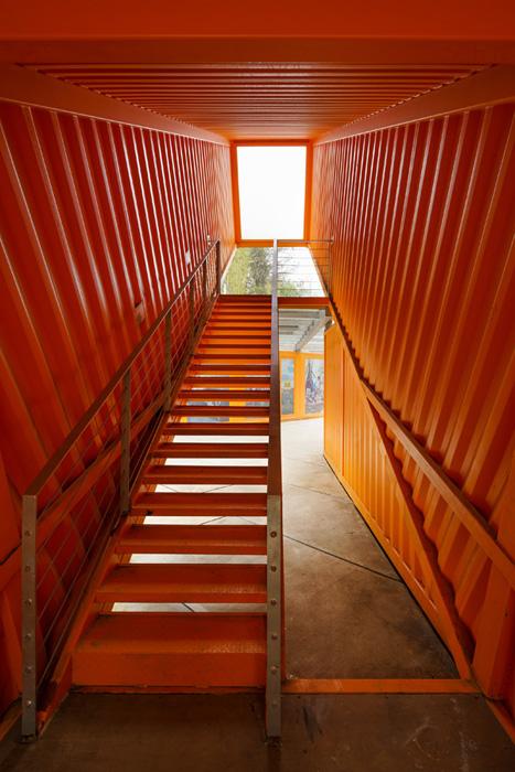מרפסות במכולות המלוכסנות, עיצוב LOT-EK צילום: Noah Sheldon