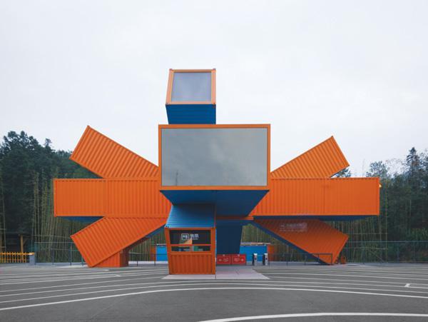 המבנה הראשי ושער הכניסה, עיצוב LOT-EK צילום: Noah Sheldon