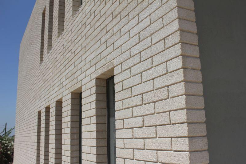בלוק ארכיטקטוני מסותתת לבן במבנה לבנה, צילום: יח