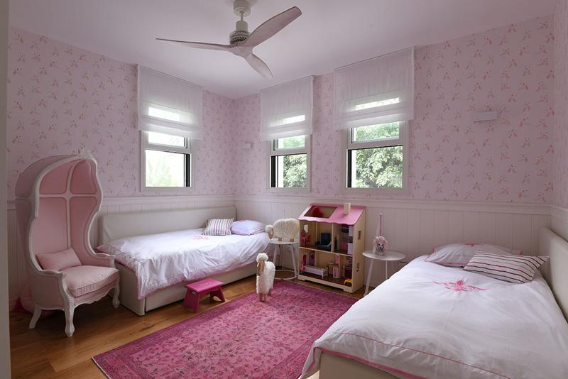 חיפוי קיר לחדר בנות נסיכותי. השתמשו בחיפוי קיר דקורטיבי פולימר ניתן לצביעה, למראה חמים וייחודי. חיפוי חזק ועמיד שגם יכול להיות בחדרים רטובים. צילום: שי אדם