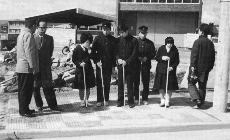 תלמידים במרכז הרווחה לעיוורים באוקיאמה COURTESY OF TRAFFIC SAFETY RESEARCH CENTER, INC.