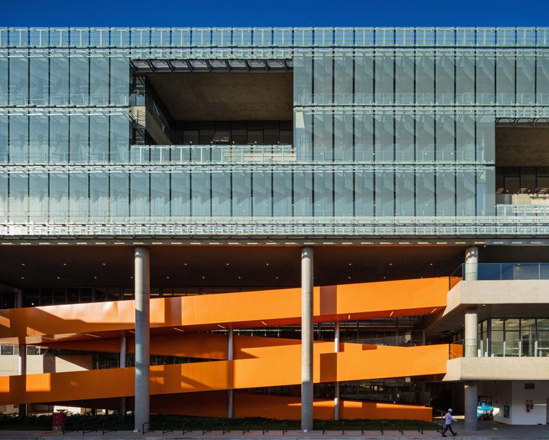 הצבע והצורה של גרם המדרגות יוצרים תנועה דינאמית, צילום: נלסון קון ופדרו מסקרו [תמונות רחפן]