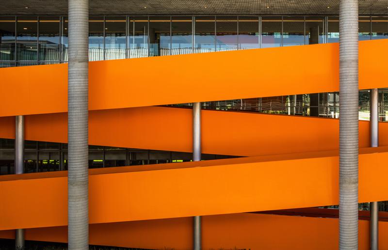 גרם המדרגות הכתום כאלמנט פיסולי פונקציונאלי, צילום: נלסון קון ופדרו מסקרו [תמונות רחפן]
