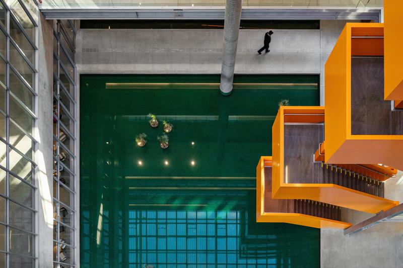 השתקפויות המבנה במים יוצרים משחקים גיאומטרים, צילום: נלסון קון ופדרו מסקרו [תמונות רחפן]