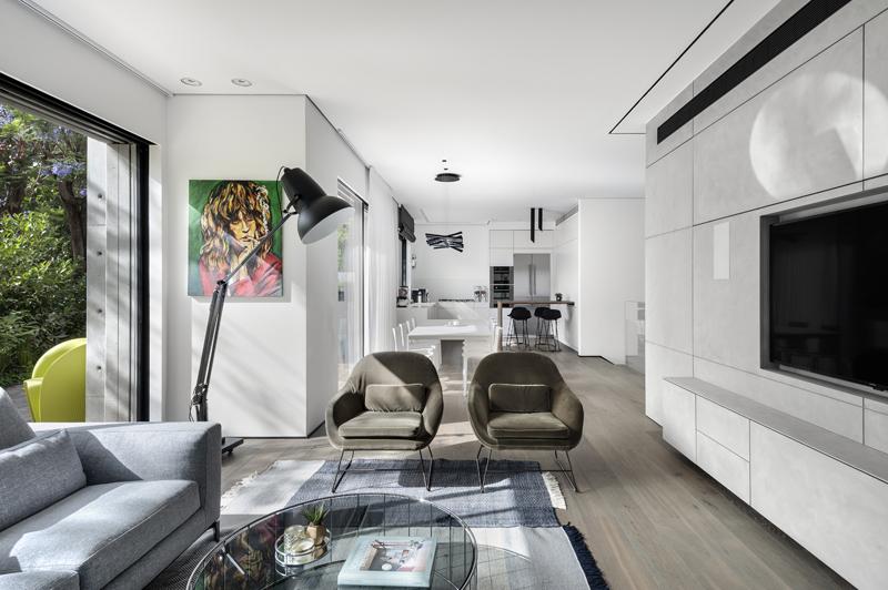 חלל פתוח מאפשר תנועה וזרימה בין המטבח לפינת האוכל ועד לסלון, צילום: עודד סמדר