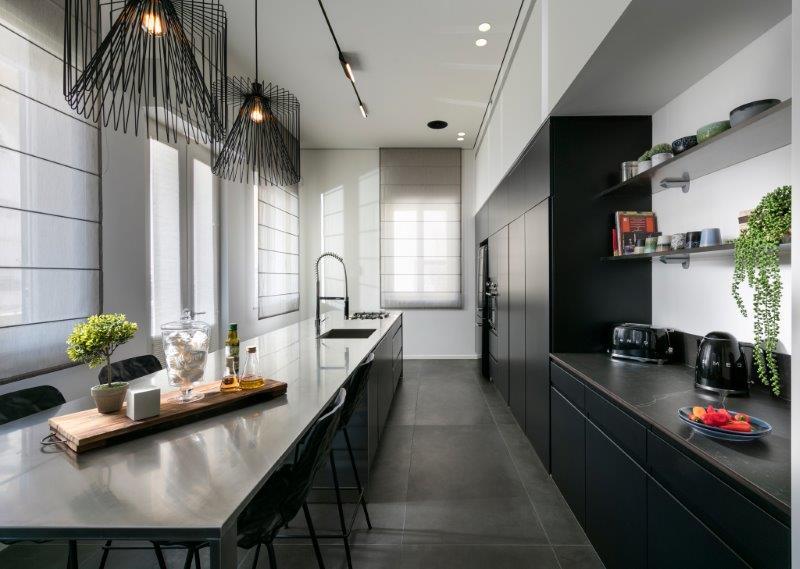 שילוב חומרים המתיישנים בצורה טובה במטבח דירה תל אביבית, צילום: אלעד גונן.