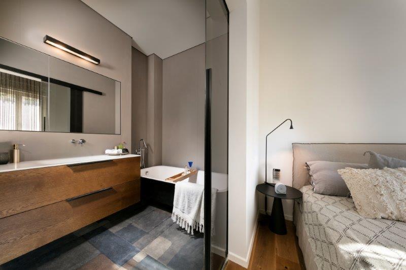 חדר האמבטיה הצמוד לחדר שינה בדירה בבניין תל אביבי לשימור, צילום: אלעד גונן.