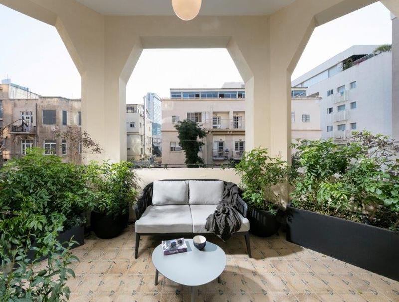 מרפסת בדירת מוזיקטי, בניין תל אביבי לשימור, צילום: אלעד גונן.