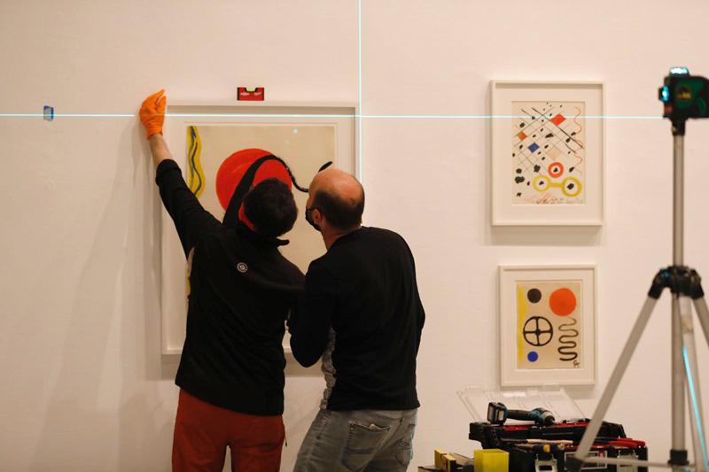 תליית עבודות בתערוכה של אלכסנדר קלדר במוזיאון תל אביב, קרדיט צילום- גיא יחיאלי.