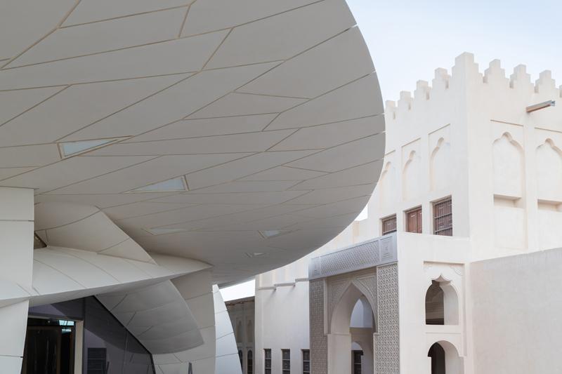 נוף לארמון ההיסטורי המשוחזר יחד עם נוף מקרוב של המוזיאון החדש, תוכנן על ידי ז