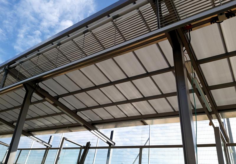 רציף המתנה מקורה לנוסעים בתחנת הרכבת פאתי מודיעין דרום [קטע המסילה החשמלית]. מערכת טופגל בעובי 10 מ