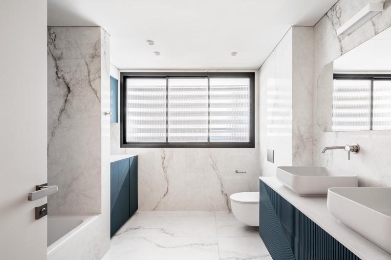 חדר רחצה ראשי כולל אזור כביסה, קרדיט צילום: יואב פלד צילום אדריכלות