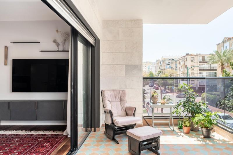 במרפסת, ריצוף צבעוני וצורת ההנחה מיוחדת בשילוב ריבוע ומעוין. קרדיט צילום: יואב פלד צילום אדריכלות