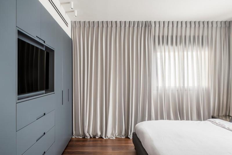 חדר שינה הורים. נגרות ארון בגדים זוגי כולל שילוב טלויזיה, קרדיט צילום: יואב פלד צילום אדריכלות