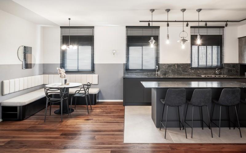 מבט לכיוון המטבח האורכי ובהמשכו פינת ישיבה ואכילה, קרדיט צילום: יואב פלד צילום אדריכלות