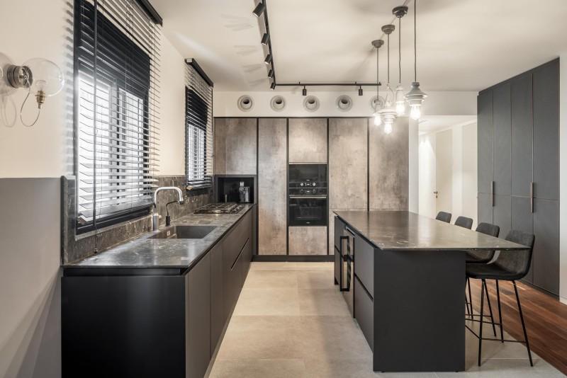 מבט לכיוון המטבח מימין אי לכל האורך שילוב מקרר יינות באי, קרדיט צילום: יואב פלד צילום אדריכלות