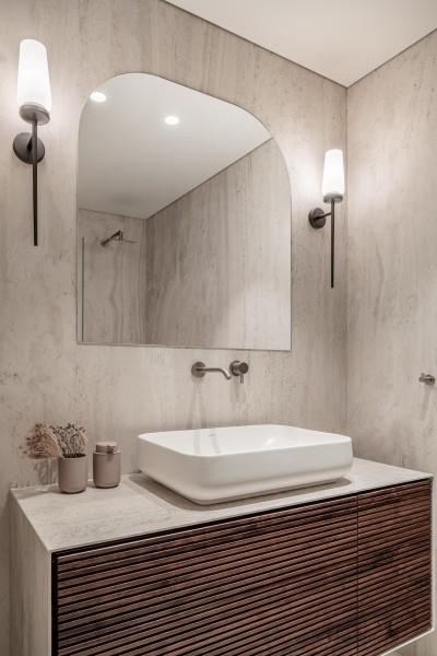 חיפוי ארון הנגרות באריח זהה לחיפוי הקירות,קרדיט צילום: יואב פלד צילום אדריכלות