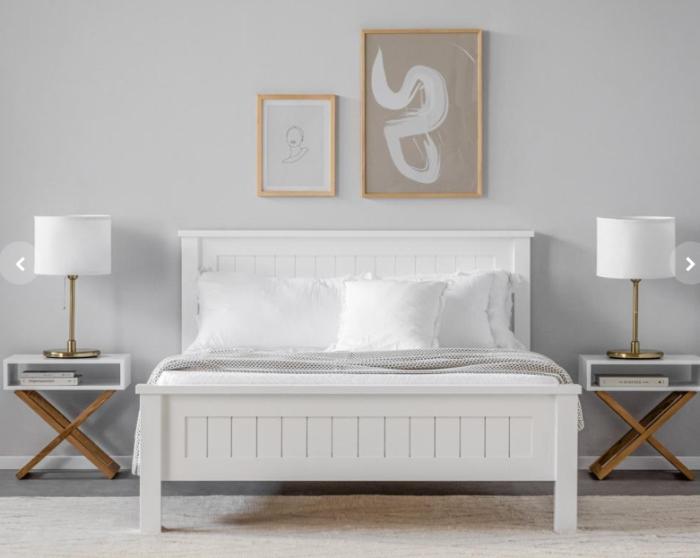 מיטה זוגית, בעלת מסגרת ורגליים מעץ אורן מלא, לצד גב וחזית עשויים עץ תעשייתי בצבע לבן ונקי, כשהשידות בצד משולבות עם רגלי עץ אלון בגוון טבעי. קרדיט צילום: kuala style