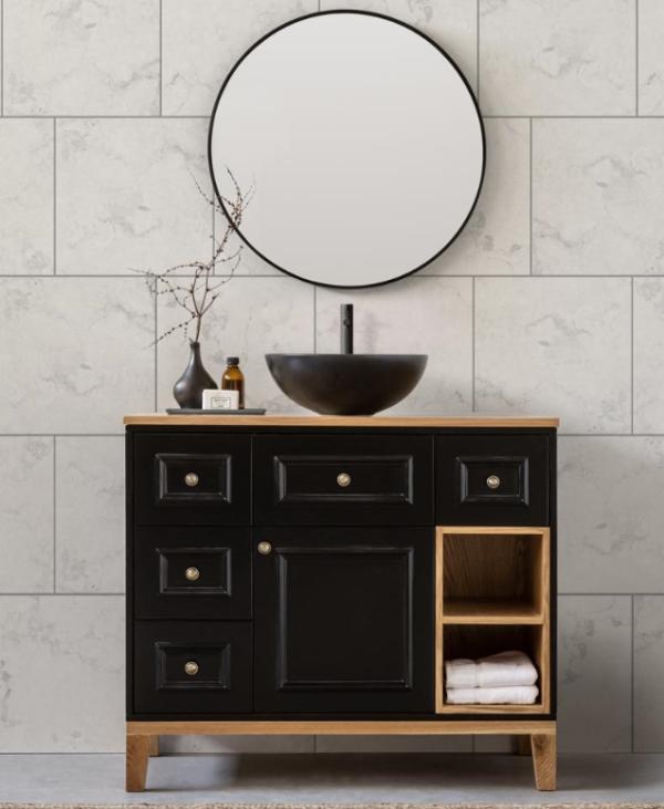 ארון אמבטיה חלומי עם מראה בסטייל בגוון שחור עם 5 מגירות הנעות על מסילה טריקה שקטה, 2 מדפי אחסון ומרחב עליון מעץ מלא טבעי. קרדיט צילום: kuala style