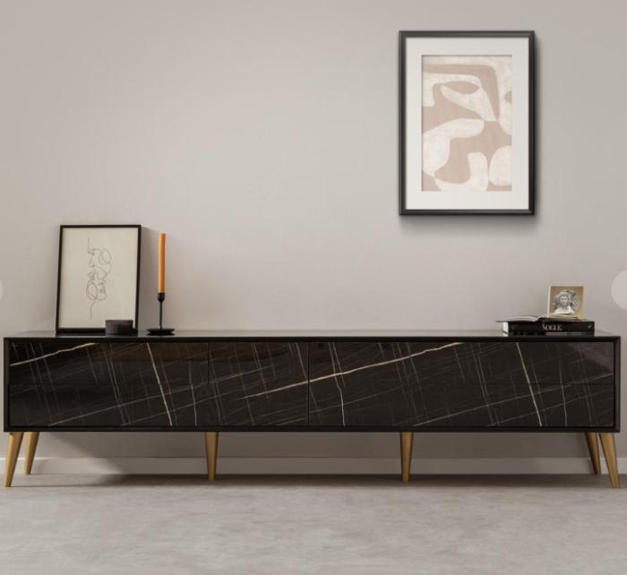 מזנון סלון מעוצב בגוונים של שחור, עשוי כולו מעץ תעשייתי מחופה פורמיקה שיש מבריקה, בעל רגלי עץ מוזהבות, עם 2 דלתות ו-4 מגירות אחסון. קרדיט צילום: kuala style