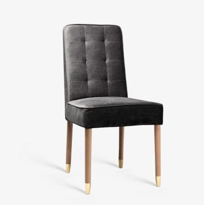 כיסא מבד קטיפה שחור יוקרתי, דוגמאות קפיטונאז׳ מלאי גלאם ורגלי עץ אלון בשילוב צבע זהב אלגנטי.
