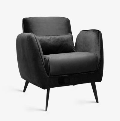 כורסא בעיצוב מודרני ויוקרתי, עטופה בבד קטיפה שחור ומרשים. קרדיט צילום: kuala style