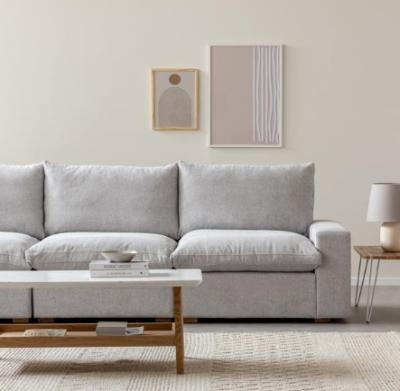 ספה אפורה מעוצבת מדגם דומיין עשויה קונסטרוקציית עץ אורן מלא