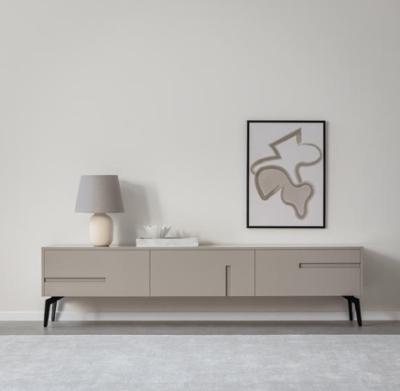 מזנון לסלון מדגם קולברג עשוי עץ תעשייתי צבוע בתנור בגוון אפור מט ובמרקם חלק. רגלי המזנון עשויות ברזל מגולוון צבוע בתנור בגוון שחור מט. קרדיט צילום: kuala style