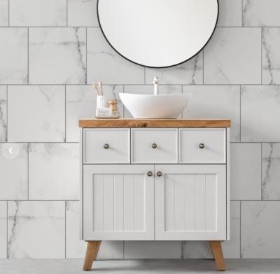 שידה לאמבטיה ומראה מדגם וייל עשויה עץ תעשייתי ירוק, עמיד למים, צבוע בתנור בגוון לבן מט ובעוד חלקה העליון עשוי פלטת בוצ