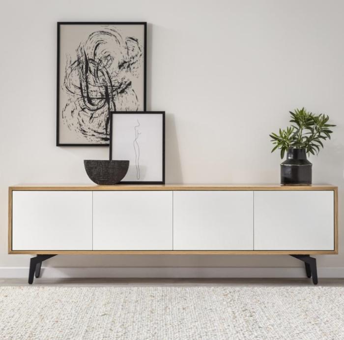 מזנון לסלון מדגם באראקה עשוי עץ לביד איכותי מחופה בפורניר עץ אלון בגוון טבעי ומשלב חזיתות עץ תעשייתי ירוק שצבוע בתנור בגוון לבן מט ובמרקם חלק. קרדיט צילום: kuala style