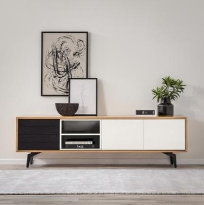 מזנון בגווני לבן ושחור מהמם לסלון, מגיע בתוך מסגרת עץ לביד מחופה פורניר אלון איכותי, עם רגלי ברזל מושחרות שנותנות טאצ׳ מודרני מדויק. קרדיט צילום: kuala style