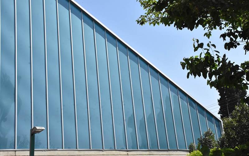 החזית החדשה שינתה את פני הרחוב לטובה עם גג גדול ומרשים קירות מסך מבהיקים, תוך פתרון של בעיית הנזילות, קרדיט צילום: סיון מויאל