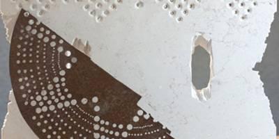 רקמה ותפירה שנעשות באבן, ברזל וחבל בתערוכה חדשה